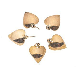 Cinco pendientes en oro amarillo de 10k. Diseño corazón. Peso: 6.3 g.