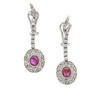 Par de aretes vintage con rubíes y diamantes en plata paladio. 2 rubíes corte oval. 56 diamantes corte 8 x 8. Peso: 8.0 g.