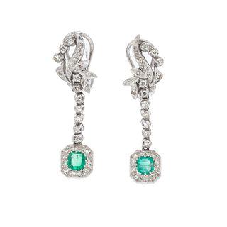 Par de aretes vintage con esmeraldas y diamantes en plata paladio. Peso: 7.5 g.