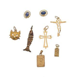 Cuatro pendientes, dos cruces y par de broqueles en oro amarillo de 10k y 14k. Peso: 5.2 g.
