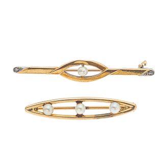 Dos prendedores con perlas en oro amarillo de 10k y 14k. 4 perlas cultivadas de 2 mm. Peso: 3.4 g.