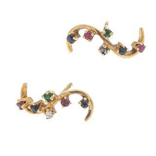 Par de broqueles con zafiros, rubíes, esmeraldas y simulantes en oro amarillo de 14k. Peso: 1.7 g.