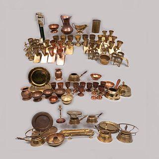 Lote mixto 90 piezas pertenecientes al restaurante Sir Winston Churchill´s. SXX. Elaboradas en metal dorado.