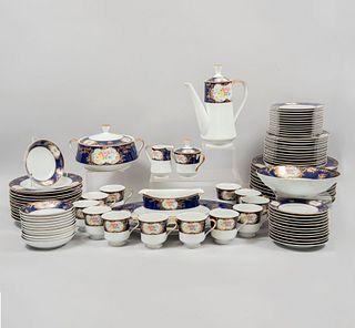 Servicio de vajilla. Japón. SXX. Elaborada en porcelana china. Marca The Royal Collection. Modelo Elizabeth. Para 12 personas.