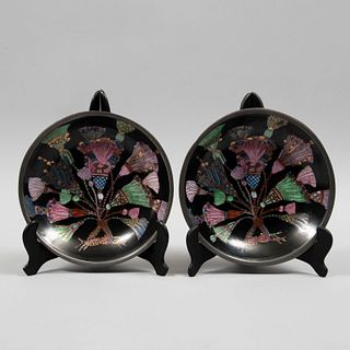 Par de platos decorativos. China. SXX. Elaborados en porcelana y metal. Línea Neiman Marcus.