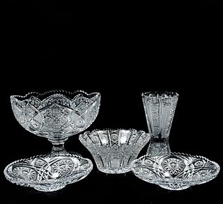 Lote de 5 piezas. SXX. Elaborados en cristal cortado. Consta de: florero, 2 centros de mesa y 2 platones.