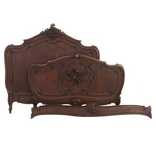 Cama matrimonial. Francia. SXX. Estilo Luis XV. En talla de madera de nogal. Con cabecera, piecera, largueros.