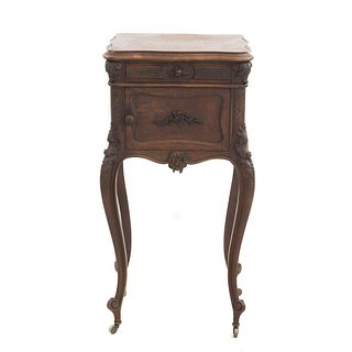 Mesa de noche. Francia. SXX. Estilo Luis XV. En talla de madera de nogal. Con cubierta de mármol, cajón y puerta abatible. 86x45x40 cm