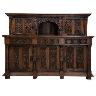 Trinchador. Francia. SXX. Estilo gótico. En talla de madera de roble. Con cubierta rectangular, puertas abatibles y soportes.