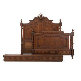 Cama matrimonial. Francia. SXX. Estilo Enrique II. En talla de madera de roble. Con cabecera, piecera, largueros y soportes.
