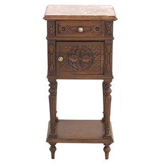 Mesa de noche. Francia. SXX. Estilo Bretón. En talla de madera de roble. Cubierta de mármol, cajón, puerta abatible. 87 x 40 x 36 cm