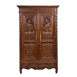 Armario. Francia. SXX. Estilo Bretón. En talla de madera de roble. Con puertas abatibles. 235 x 147 x 52 cm