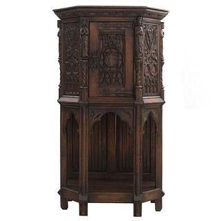 Credenza. Francia. SXX. En talla de madera de roble. Con puerta abatible, entrepaño inferior y soportes lisos. 135 x 78 x 43 cm