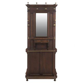 Perchero-Paragüero. Francia. SXX. En talla de madera de roble. Con espejo de luna rectangular, perchas, depósito inferior y soportes.