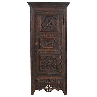 Armario. Francia. SXX. En talla de madera de roble. Con puerta abatible. 190 x 87 x 45 cm