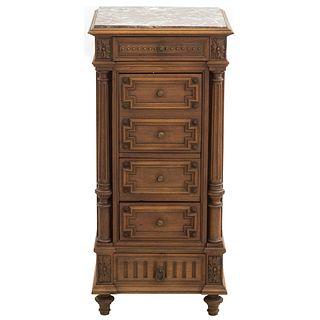 Mesa de noche. Francia. SXX. Estilo Luis XV. En talla de madera de nogal. Con cubierta de mármol, cajón, puerta abatible. 90x42x42 cm
