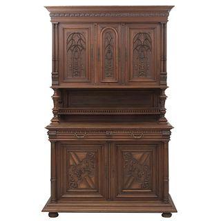 Buffet. Francia. SXX. Estilo Enrique II. En talla de madera de nogal. A 2 cuerpos. Con cajones, puertas abatibles y soportes.