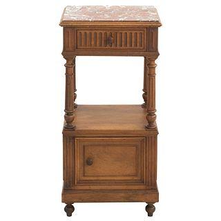 Mesa de noche. Francia. Siglo XX. En talla de madera de nogal. Con cubierta, cajón, puerta abatible, entrepaño inferior.