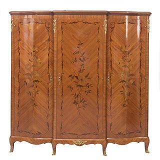 Armario. Francia. Siglo XX. En talla de madera de roble. Con 3 puertas abatibles y soportes-. Decorado con elementos arquitectónicos.