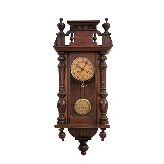 Reloj de pared. Francia. SXX. Estilo Enrique II. En talla de madera de nogal. Mecanismo de cuerda Decorado con elementos arquitecónicos