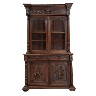 Buffet. Francia. Siglo XX. En talla de madera de nogal. A 2 cuerpos. Con  cajones, puertas abatibles y soportes.