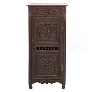 Gabinete. Francia. Siglo XX. Estilo Bretón. En talla de madera tallada de roble. Con puerta, cajones y soportes.