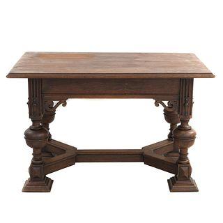 Mesa. Francia. Siglo XX. En talla de madera de roble. Con cubierta rectangular, sistema de extensiones, fustes a manera de jarrón.
