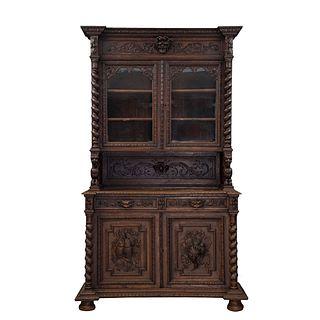 Buffet. Francia. Siglo XX. En talla de madera de roble. A 2 cuerpos. Con  cajones, puertas abatibles y soportes.