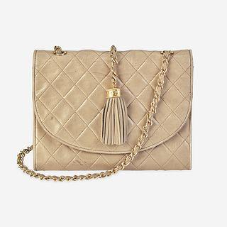 A tan lambskin shoulder bag Chanel