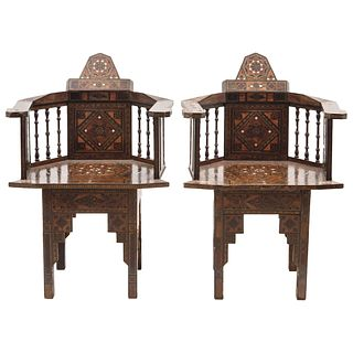 PAIR OF ARMCHAIRS EARLY 20TH CENTURY Moroccan style In carved wood with geometric inlay 90 cm high