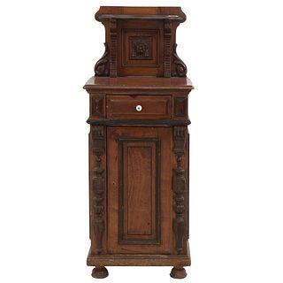 Mesa de noche. SXX. Estilo francés. En talla de madera. Con remate con repisa, cajón con tirador y puerta abatible. 117 x 46 x 40 cm
