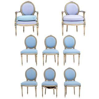 Par de sillones y 6 sillas. SXX. Talla en madera color beige. Con respaldos cerrados y asientos en tapicería color azul. Piezas: 8