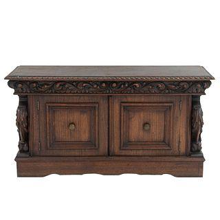 Gabinete. SXX. Talla en madera. Con cubierta rectangular, 2 puertas abatibles y soporte tipo zócalo. 62 x 120 x 43 cm