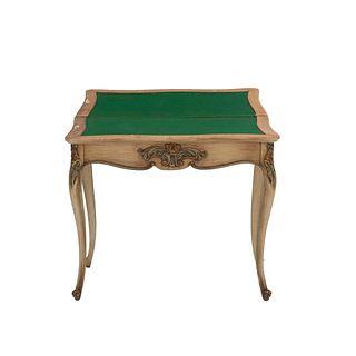 Mesa de juego. SXX. Elaborada en madera policromada. Con cubierta abatible y recubrimiento de cubierta inferior de paño. 73 x 83 x 42cm