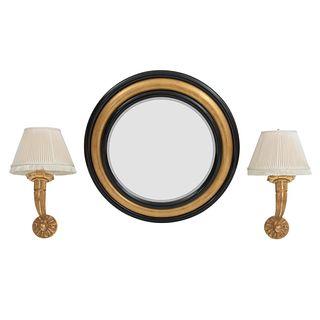 Lote de 3 piezas. SXX. Elaborados en madera laqueada y dorada, y metal dorado. Consta de: Espejo circular y par de arbotantes.