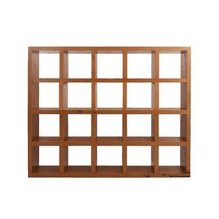 Librero. SXX. Elaborado en madera. A 2 cuerpos. Con 20 vanos. 190 x 236 x 40 cm