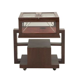 Vitrina. SXX. Elaborada en madera entintada. Cubierta con 2 puertas abatibles y paredes de cristal biselado. 79 x 74 x 49 cm