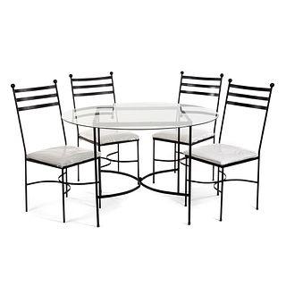 Antecomedor. SXXI. Estructura de herrería. Consta de Mesa. Con cubierta circular de vidrio y 4 sillas con tapicería color blanca.