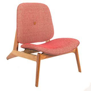 Silla Jakarta. SXX. De la firma Vik Servín Ltd. Estructura de madera. Con tapicería capitonada de color rojo.