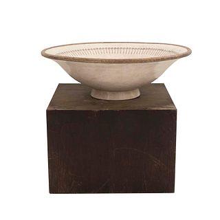 Fuente con pedestal. SXX. Estilo etrusco. Elaborada en cerámica y pedestal de madera. Gran formato. 100 cm diámetro