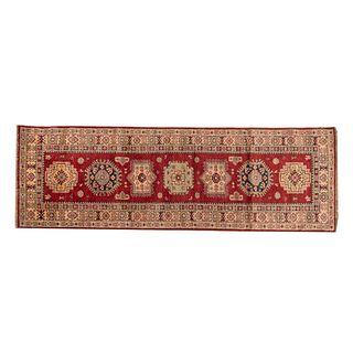 Tapete de pasillo. SXX. Estilo Kazak. Anudado a mano en fibras de lana. Decorado con elementos geométricos y florales. 233 x 75 cm