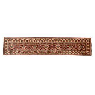 Tapete de pasillo. SXX. Estilo Kazak. Anudado a mano en fibras de algodón. Decorado con elementos geométricos y florales. 335 x 71 cm