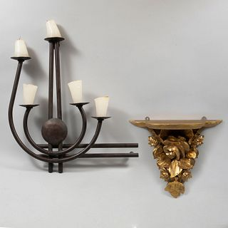 Lote de 2 piezas. Siglo XX. Consta de: a) Peana. Talla en madera dorada. 40 cm altura. b)Arbotante. Para 5 luces. 67 cm altura.
