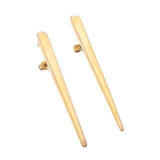 Par de broqueles huecos en oro amarillo de 14k de la firma Faro. Diseño de barra larga. Peso: 4.2 g.