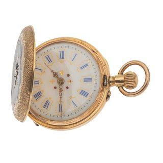 Reloj de bolsillo sin marca. Movimiento manual. Caja circular en oro amarillo de 14k. Carátula de porcelana con índices de núm...