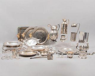 Lote de 26 artículos decorativos. Siglo XX. Elaborados en metal plateado y pewter. Diferentes diseños. Consta de charolas, j...