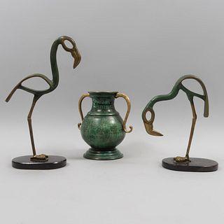 Lote de artículos decorativos. Siglo XX. Elaborados en bronce y metal con pátina verde. Consta de par de flamingos  y jarron.<...