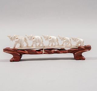 Camino de elefantes. Talla en marfil. Con base de madera. 18 cm de largo. Detalles de conservación.