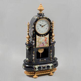 Reloj de chimenea. Francia, Siglo XX. Elaborado en porcelana color azul cobalto. Decorado con escena galante, elementos floral...