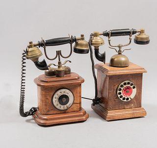 Lote de 2 teléfonos de carrusel. SXX. Elaborados en madera, metal dorado. Decorados con elementos orgánicos. 35 cm altura